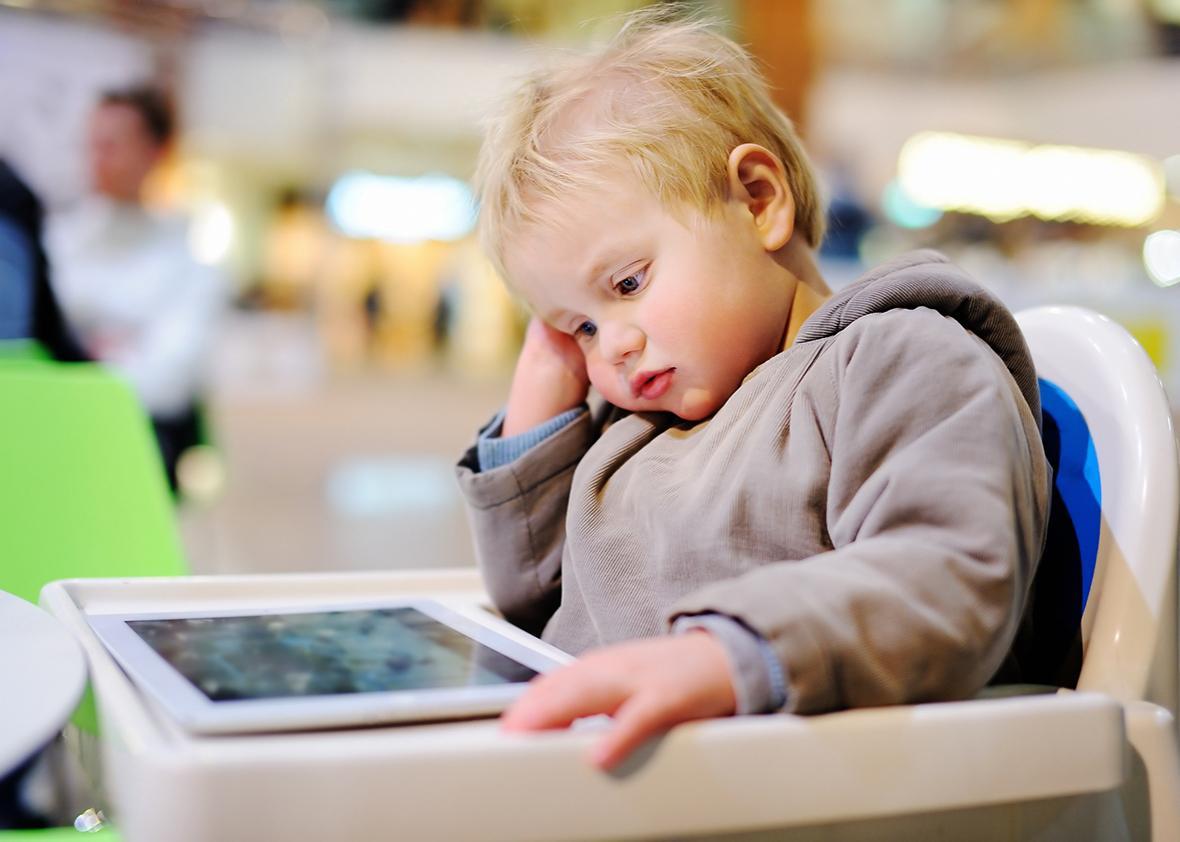 स्क्रीनमा बढी समय बिताउने बच्चाको मस्तिष्कमा नकारात्मक प्रभाव