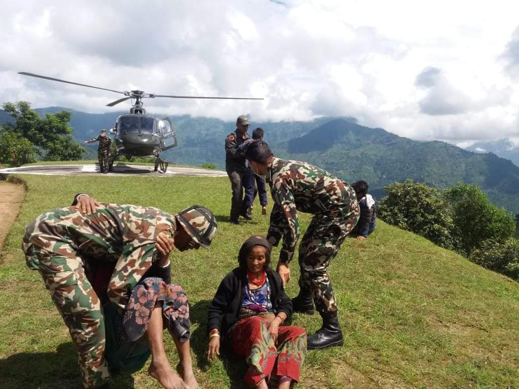 सिन्धुपाल्चोक पहिरो पीडितको यसरी गर्दैछ नेपाली सेनाले उद्धार