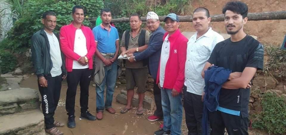 आगलागि पिडित परिवार लाइ काँग्रेस रामारोशन द्वारा आर्थिक सहयोग