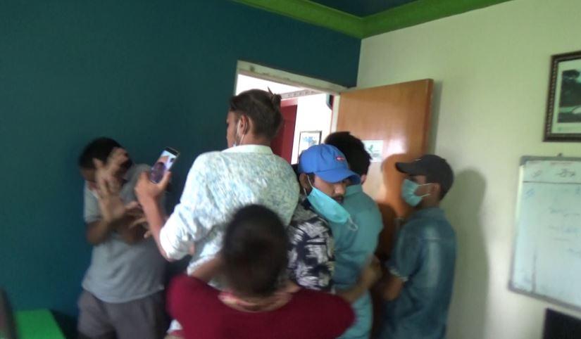 कार्यकक्षमै गएर पत्रकार माथि कुटपिट, कार्वाही गर्न महासंघको माग