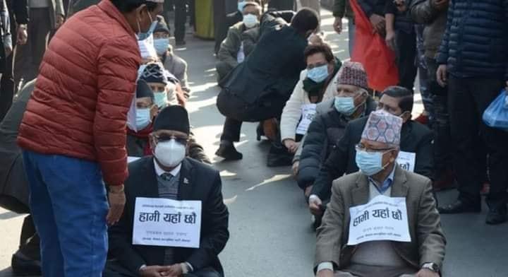 प्रचण्ड–नेपाल समूह माइतीघरमा बसे, छातीमा 'हामी यहाँ छौं'