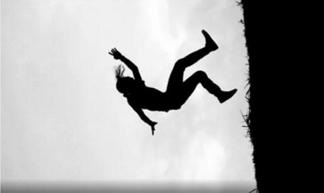 डाेटीमा भीरबाट लडेर महिलाकाे मृत्यु
